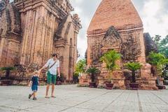 Turistas del hijo del padre y del niño en Vietnam Cham Tovers del Po Nagar Concepto del viaje de Asia Fotografía de archivo libre de regalías