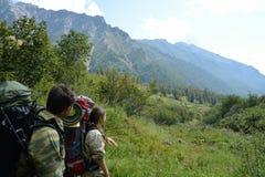 Turistas del hombre y de la mujer en las montañas Barguzinsky Ridge Imagenes de archivo