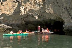 Turistas del kajak de la bahía larga Vietnam de la ha Fotos de archivo