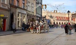 Turistas del montar a caballo en carros Fotos de archivo libres de regalías