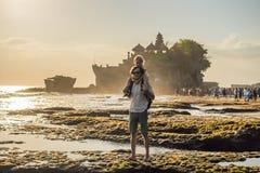 Turistas del padre y del hijo en el fondo de la porción de Tanah - templo imagenes de archivo