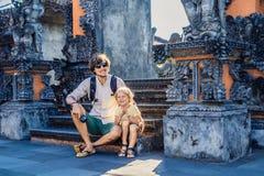 Turistas del padre y del hijo en el fondo de la porción de Tanah - templo foto de archivo libre de regalías