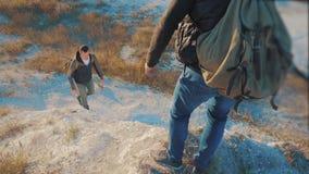 Turistas del trabajo en equipo vídeo de la cámara lenta amistad que camina para ayudarse a confiar en la silueta de la ayuda en m almacen de metraje de vídeo