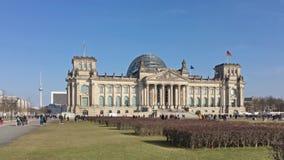 Turistas delante de Berlin Reichstag Parliament Building metrajes