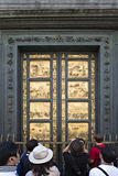 Turistas delante de la puerta de oro de Florence Baptistery (palo Fotografía de archivo