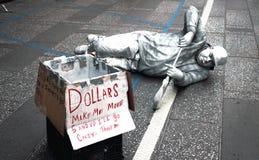 Turistas divertidos de um executor da rua no Times Square, Manhattan Fotografia de Stock