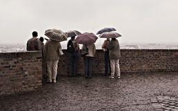 Turistas do dia chuvoso imagens de stock