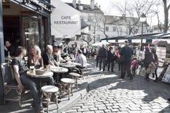 Turistas du no lugar Tertre em Montmartre Fotos de Stock Royalty Free