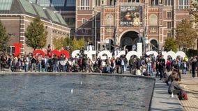 Turistas e 'mim a escultura de Amsterdão 'na frente do Rijksmuseum do Museumplein, Amsterdão, Países Baixos fotos de stock