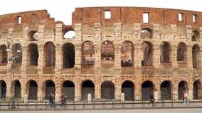 Turistas e carros contra o contexto do coliseu em Roma filme