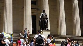 Turistas e estátua de George Washington fotografia de stock