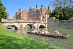 Turistas e estudantes que punting na came do rio na universidade da faculdade do ` s de St John foto de stock royalty free