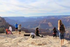 Turistas e fotógrafo Grand Canyon parque nacional no outubro de 2016 Fotos de Stock Royalty Free