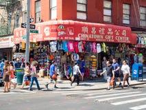 Turistas e imigrantes chineses no bairro chinês em New York City fotografia de stock royalty free
