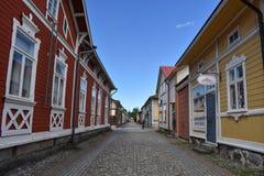 Turistas e locals em ruas velhas do ` s de Rauma imagem de stock