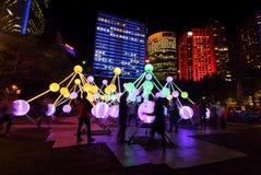Turistas e locals que apreciam a afinidade em Sydney vívido Fotos de Stock Royalty Free