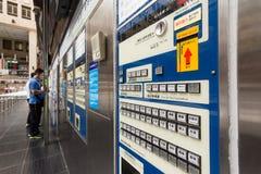 Turistas e máquina de venda automática dos bilhetes Fotos de Stock Royalty Free