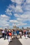 Turistas e ponte do milênio Foto de Stock Royalty Free