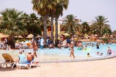 Turistas el día de fiesta en la piscina, Túnez Fotos de archivo