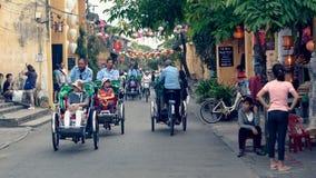 Turistas em bicicletas, Hoi An, Vietname fotografia de stock