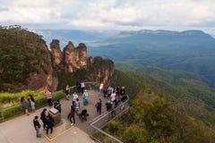Turistas em Echo Point Lookout, três irmãs, Austrália foto de stock