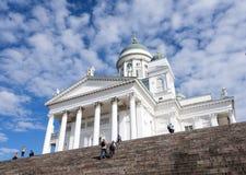 Turistas em etapas da catedral de Helsínquia no dia de verão ensolarado imagens de stock royalty free