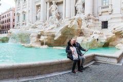 Turistas em Fontana di Trevi Imagens de Stock Royalty Free