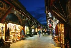 Turistas em Istambul que andam através do bazar central de Arasta Fotografia de Stock Royalty Free