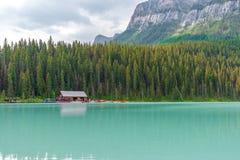 Turistas em Lake Louise em Banff, Canadá imagens de stock royalty free