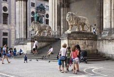 Turistas em Odeonsplatz Munich, Alemanha foto de stock royalty free