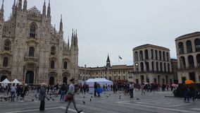 Turistas em Praça del Domo, catedral famosa de Milão, história religiosa da herança vídeos de arquivo