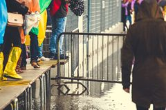 Turistas em revestimentos de chuva e em botas de chuva que andam em passagens aumentadas durante a inundação em Veneza, Itália fotos de stock royalty free