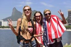 Turistas em Rio de janeiro com Cristo o redentor no fundo. fotos de stock