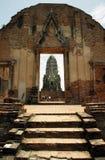 Turistas em ruínas antigas do templo hindu em Ayutthaya Fotografia de Stock Royalty Free