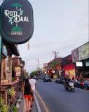 Turistas em ruas de Ubud, Bali imagens de stock