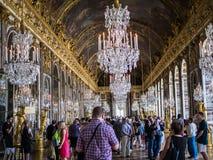 Turistas em Salão dos espelhos no palácio de Versalhes, França fotografia de stock
