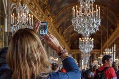 Turistas em Salão dos espelhos, palácio de Versalhes Imagens de Stock
