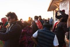 Turistas em Tiger Hill com luz solar no fundo no inverno em Tiger Hill, Darjeeling India Foto de Stock