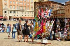 Turistas em torno da loja de lembrança em Siena, Itália Imagens de Stock