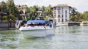 Turistas em um barco no rio Imagem de Stock
