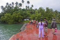 Turistas em um cais Imagem de Stock