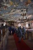 turistas em uma igreja de madeira no Museu Nacional letão Fotografia de Stock