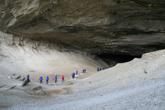 Turistas en abrigos esquimales azules Imágenes de archivo libres de regalías