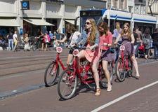 Turistas en Amsterdam Imágenes de archivo libres de regalías
