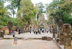 Turistas en Angkor Fotos de archivo