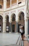 Turistas en ayuntamiento Sarajevo Fotos de archivo libres de regalías