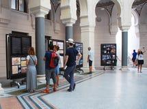 Turistas en ayuntamiento Sarajevo Fotografía de archivo