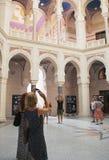 Turistas en ayuntamiento Sarajevo Foto de archivo libre de regalías