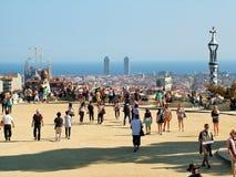 Turistas en Barcelona& x27; fondo y la Sagrada Familia de s en Gu Imágenes de archivo libres de regalías
