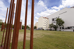 Turistas en Berlin Wall Memorial Bernauer Strasse Fotos de archivo